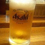 桜吹雪が風に舞う - 生ビール小(320円)