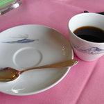 メインダイニング - ドリンク写真:コーヒーカップとソーサには富士山と伊豆大島