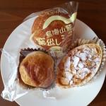 小池菓子舗 - 左から モチモチパイ 138円、釜出しシュー 115円、生パイ 115円