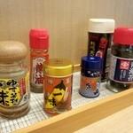 高円寺肉汁うどん 夕虹 - 磯五郎の唐辛子にテンションあがりました。