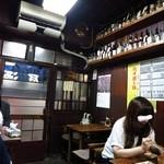 栄屋酒場 - 店内はまさに昭和にタイムスリップ状態!