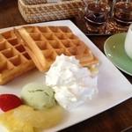 グリーンエッグ - バニラワッフル550円 ホイップクリームと、自家製ジャムとメイプルシロップが付いて来ます! アイスはアボカド。
