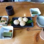 民芸茶屋 大黒屋 - お茶とだんごと抹茶豆腐(お通し)と漬物(お通し)