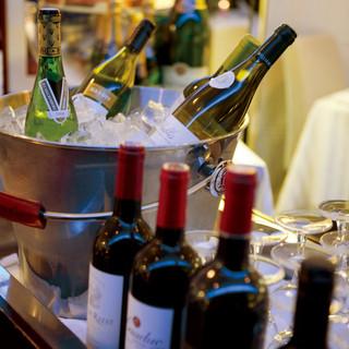 ソムリエが料理やお好みにぴったりのワインをセレクト