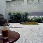 ワールドコーヒー - 中庭見ながらアイスコーヒー