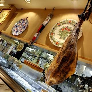 ~イベリコ豚とは~ 別名どんぐり豚といわれ、スペインが世界に誇る健康でおいしい豚です。