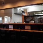 麺や七福 - カウンター席と厨房。左手に白いタイル奥が小部屋製麺所。