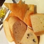 DG Fish&Shellfish - お通しのパン3種類