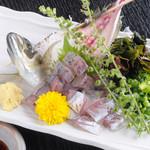 居酒屋さざん - 料理写真:味も鮮度も抜群『名物!活鯵のたたき』