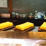 寿司文 - 焼きたての玉子焼きが並ぶ