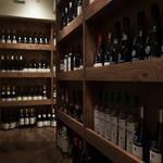 カンダ マルセイユ - 店内写真 ワイン棚