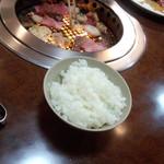焼き肉焼いています。手前はご飯の小(2013.06.08)