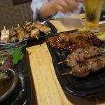 楽 - 鶏串盛り(5本)[714円]と豚串盛り(4本)[662円]