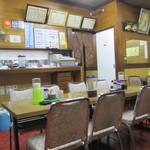 寿楽 - 厨房側を望む