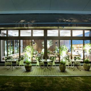 ビル最上階ガーデンテラスの見える開放感ある店内