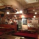 キャラヴァンサライ包 - 前はこの空間、テーブルと座敷混在してましたが、今は座敷のみで奥に居酒屋風のテーブル店舗も増えてました
