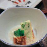 飲み喰い処 小やじ - 料理写真:お通し。アーサー卵焼きカニあんかけ