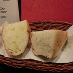 19479818 - 自家製の美味しいパン。ディナー時は300円。