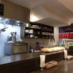 ルーナ・ピエーナ - カウンターの目の前が厨房。