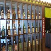 酒と和惣菜 らしく - 店舗入口には、これまでお客様にお飲みいただいた日本酒がたくさん
