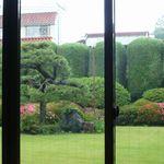 カフェ 閑居 - 客席から庭を見る