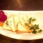 ガヤムシャ - スモーク豆腐のお刺身:塩麹で漬けたお豆腐をスモーク。まるでチーズのよう!