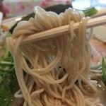 中華そば 一楽 - 麺は鶏塩専用で「加水率低めで軽くウェーブしたザラパツ系の極細麺」です。