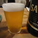 大衆割烹 三州屋 - 飲み口が薄い小さなグラス。  冷えたビール。