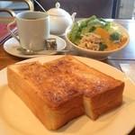 フランジパニ - モーニングサービス(トースト・グリーンサラダ・ブレンドコーヒー)