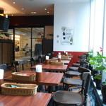 リリオ - 入口付近の二人用テーブル