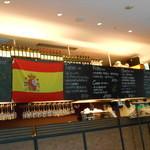 リリオ - 店内にはスペイン国旗