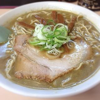 たかはし中華そば店 - 弘前市撫牛子「たかはし中華そば店」にて中華そば! 煮干しのインパクトというかもう強烈な煮干し丸出し!動物系のスープだろうベースとのバランスとかもうそんなのもわかんないくらい酸味もビシビシ感じちゃう煮干です。これを食べたかった!