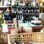 キッチンハウス殿様 - キープされたボトルが並ぶ
