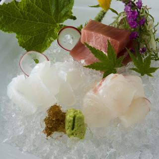旬の食材を使った単品料理とコース料理をご用意しております。
