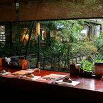 五頭の山茂登  - 内観写真:中庭を見渡せるカウンター席