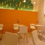 Mango Tango - 天井が高く明るい店内