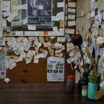 思いつきの店 - 店内は壁に名刺がいっぱい。
