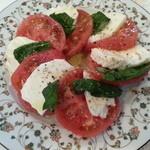 ドン・キホーテ - インサラータ・カプレーゼ(スイスモッツァレラチーズ、トマト、バジルをオリーブオイルでサラダ)