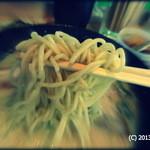 ぎょらん亭 - 2013.6 カウンター前にグリーンの仕切りがあって、その光の加減で緑がかってますが、普通の麺です。