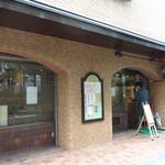19511066 - 右側がパン屋さんで左側がカフェ