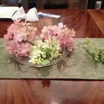Y's tea room - ダイニングテーブルに造花のディスプレイ