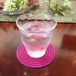 Y's tea room - お水。コースターはピンクのラバー。