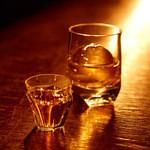 bar 松下 - バーテンダーが丸く削った氷がお酒をより美味しくさせます