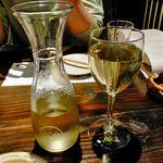 海老の髭 - デカンタ入りのハウスワイン(白)