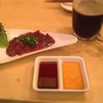 居酒屋ナホウ - 新鮮レバ○  ここは胡麻油& 大蒜生姜両方でタレが出ます。 黒生ドライで。