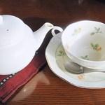 19530104 - 最初にカップとポットがきましたw ポットは磁器製で座布団を敷いてありますw