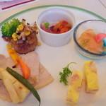19541460 - 左から上川産豚肉と旬野菜のロースト、道産ハンバーグステーキ 青胡椒ソース、合鴨スモークと旬野菜、サーモンマリネと旬野菜のサラダ、旬の道産野菜のフリッタータ。