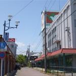 鰻彩堂 - JR湖西線、安曇川駅前の閉店した平和堂の真ん前にあります