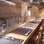 キャトルラパン 神戸三宮 - まっすぐのカウンターは、 12席