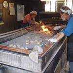 勝家商店 - 勝家商店の店内 暑い店内、囲炉裏で本格的におやきを焼いてます